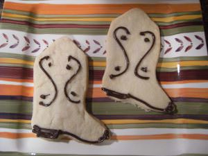 Adorable shortbread cookies that look like cowboy boots - Get the recipe to make them on comfortablydomestic.com