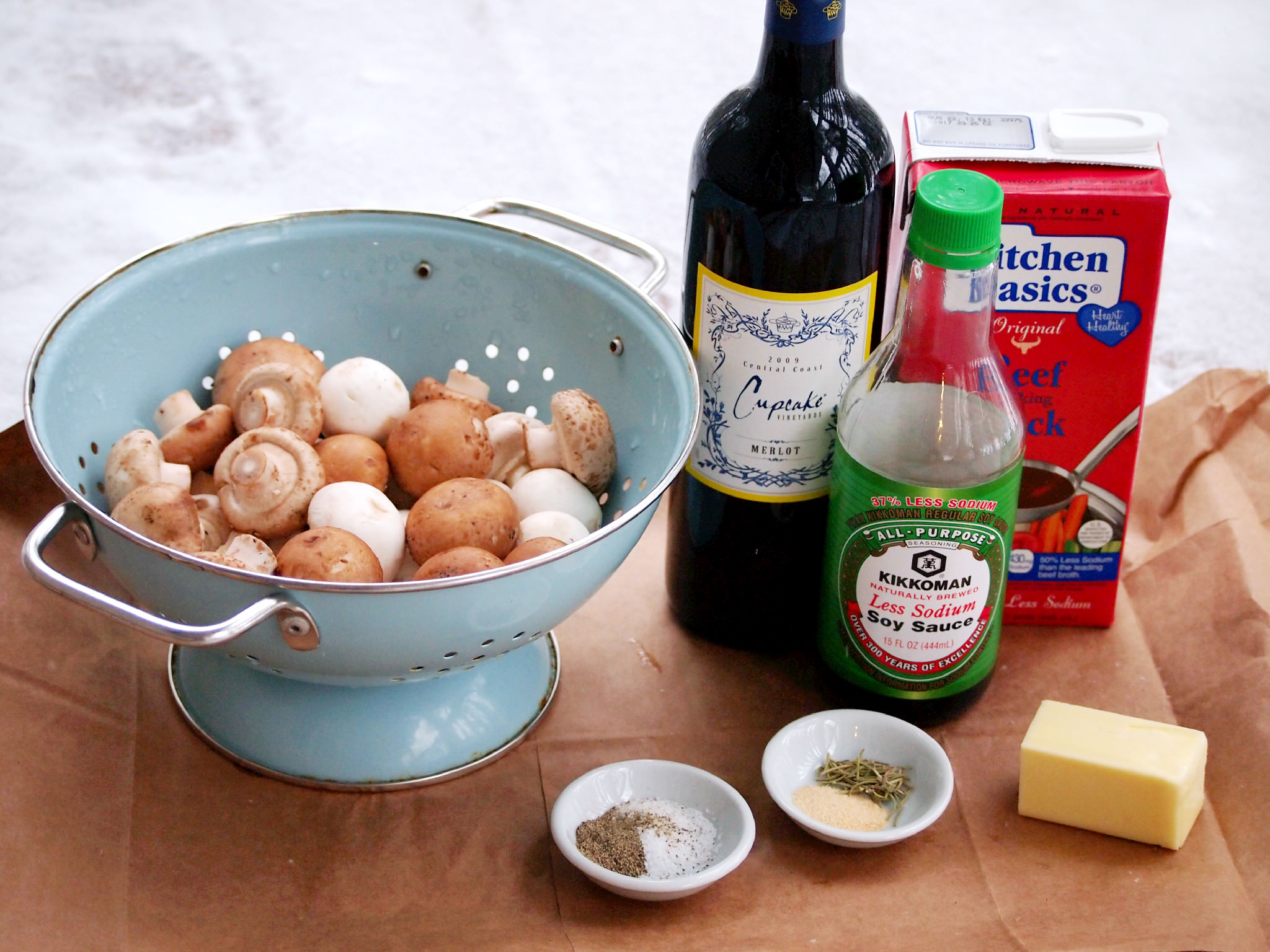 ingredients needed to make Merlot simmered mushrooms | comfortablydomestic.com