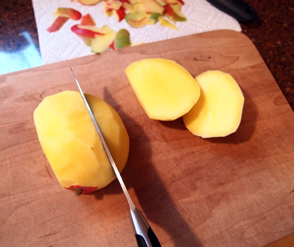 slicing mango