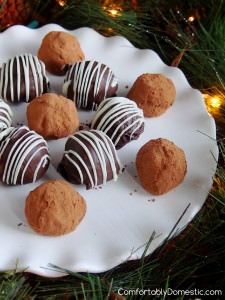 Homemade Chocolate Truffles || Recipe on ComfortablyDomestic.com