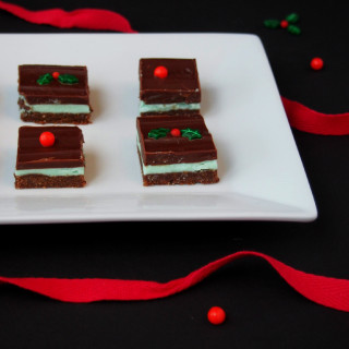 Crème de Menthe Bars - Refreshing mint layered between rich chocolate ganache and a crunchy chocolate graham cracker crust. || ComfortablyDomestic.com