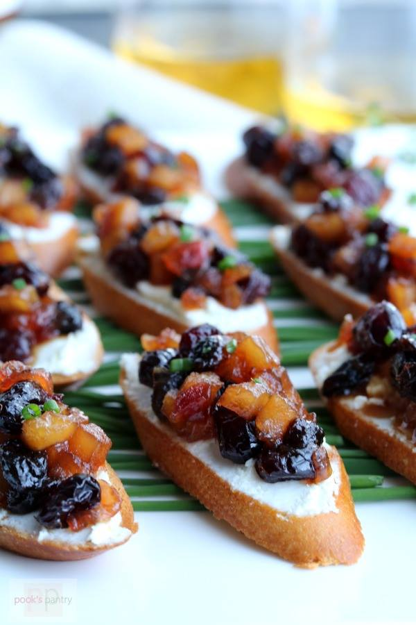 rows-of-sliced-baguette-topped-with-colorful-apple-chutney