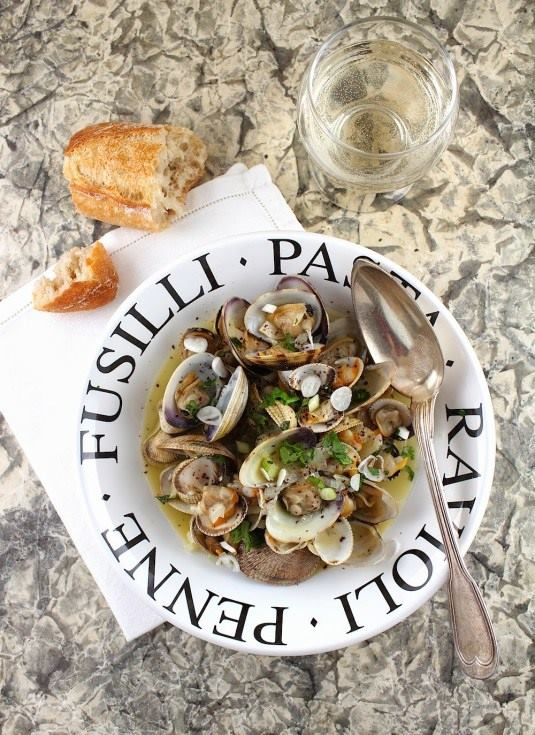 bowl-of-clams-in-white-wine-sauce-with-pieces-of-crusty-bread