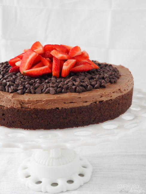 gluten-free-chocolate-fudge-cake-with-chocolate-chips-and-strawberries